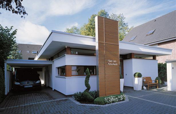 121 eingangsbereich haus modern eingangsbereich mit holzfassade und vordach aus sichtbeton. Black Bedroom Furniture Sets. Home Design Ideas